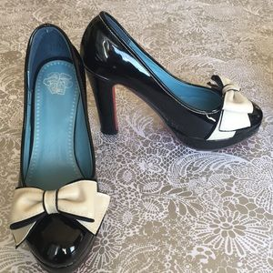 Shoes - Patent leather w bow retro style sz 6 / 37
